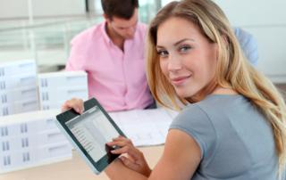 Frau mit iPad und KoschierFlow Software