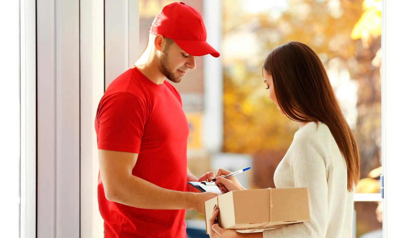 Frau übernimmt Paket von Lieferanten